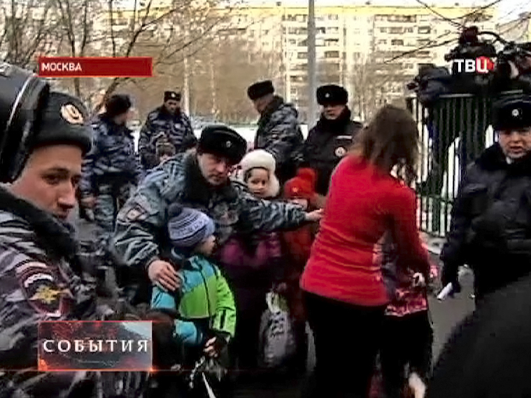 Полицейские выводят детей из захваченной школы в Отрадном