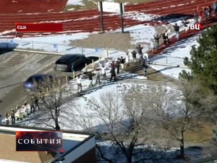 Полицейские США выводят учащихся из школы