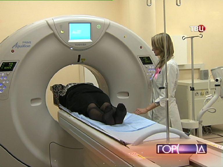 Врач делает томографию пациенту