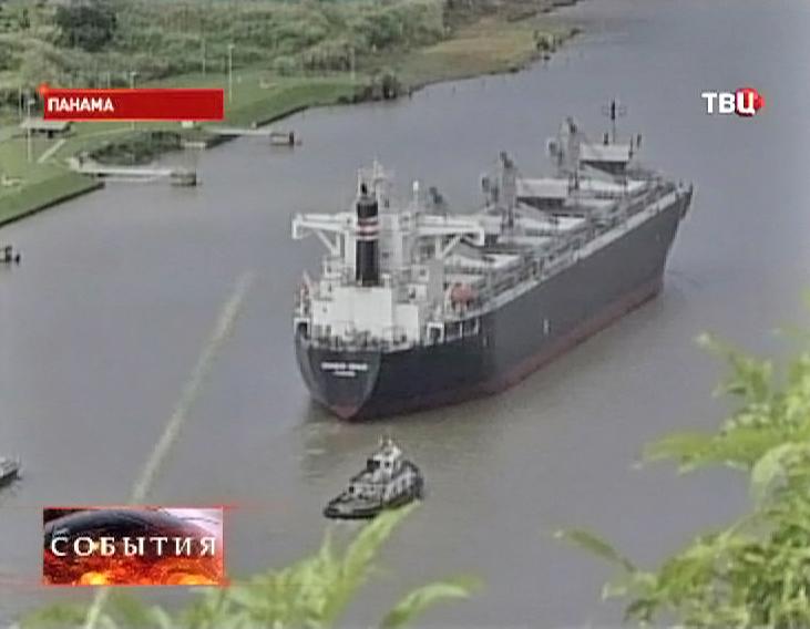 Грузовой корабль проходит через Панамский канал