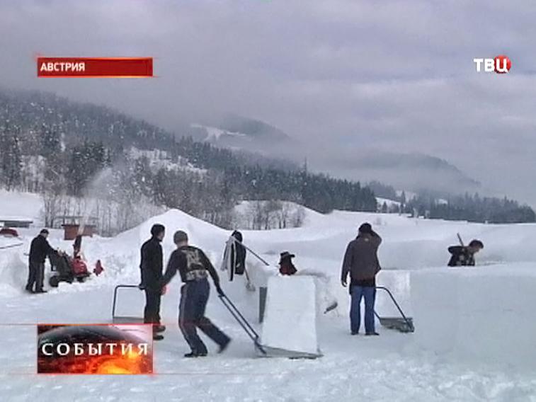 Жители Австрии убирают снег