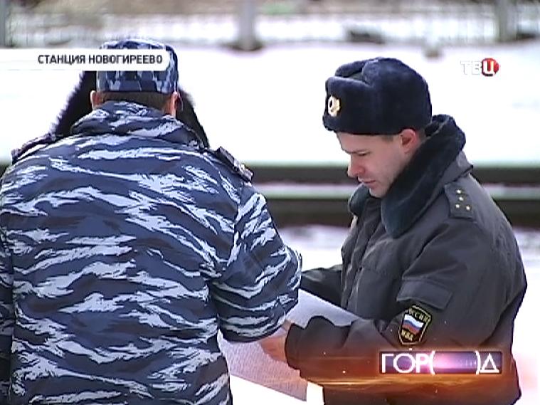 """Полицейские у станции """"Новогиреево"""", где электричка сбила женщину с ребенком"""