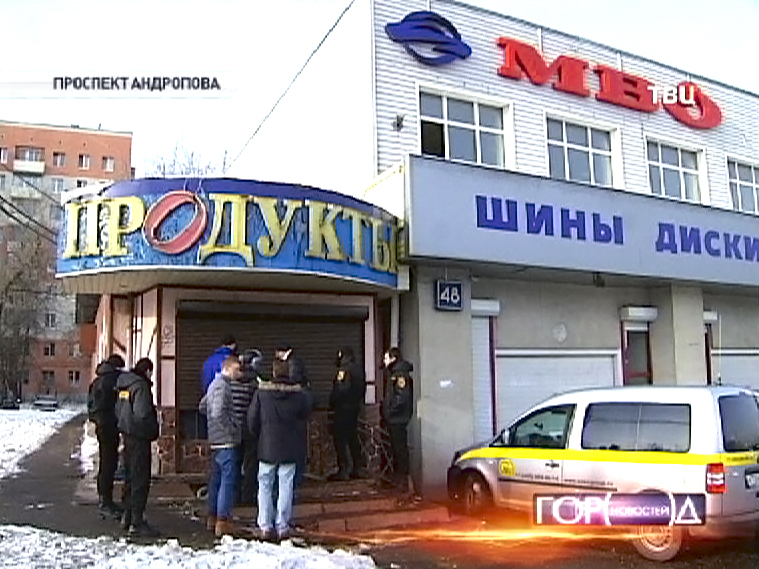 Полиция выселяет незаконных арендаторов на проспекте Андропова