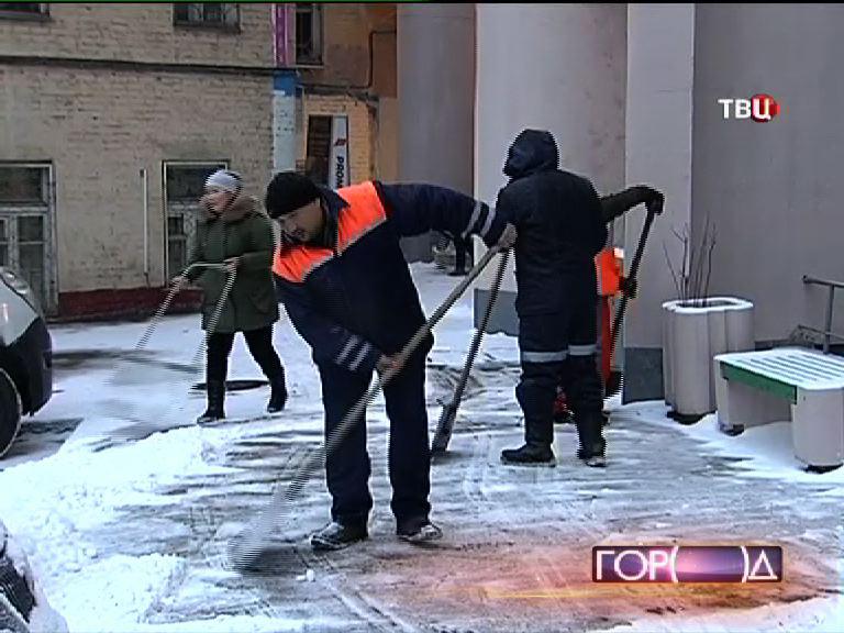 Дворники чистят улицы от снега