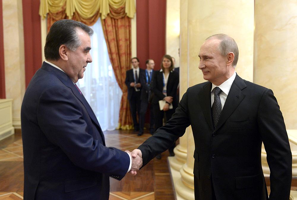 Президент России Владимир Путин (справа) и президент Таджикистана Эмомали Рахмон во время официального приема от имени главы Российского государства в честь высокопоставленных гостей XXII зимних Олимпийских игр