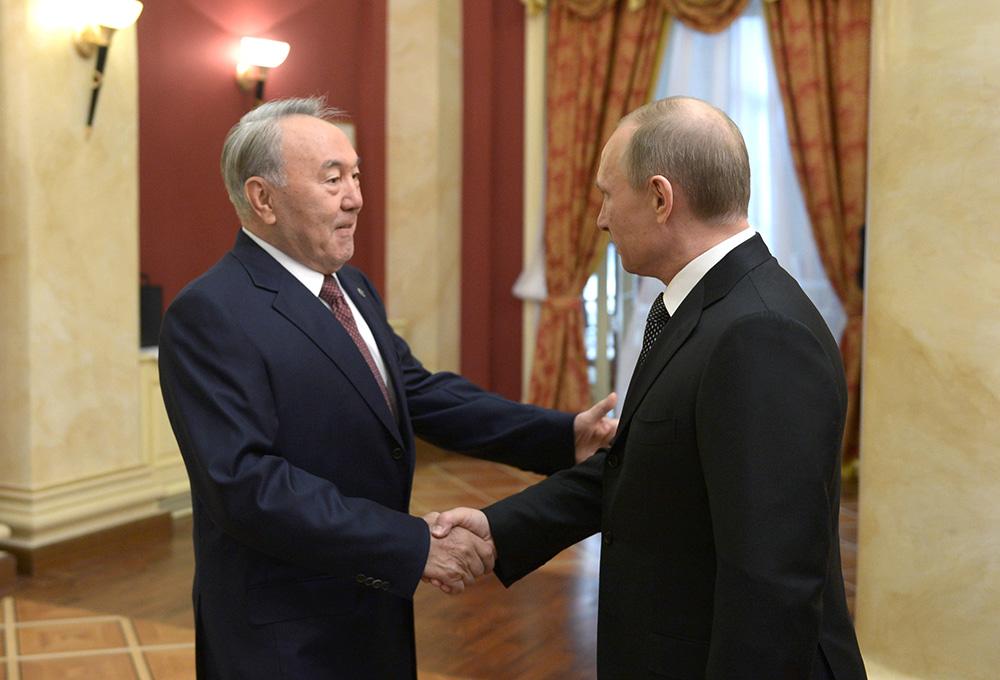 Президент России Владимир Путин (справа) и президент Казахстана Нурсултан Назарбаев во время официального приема от имени главы Российского государства в честь высокопоставленных гостей XXII зимних Олимпийских игр