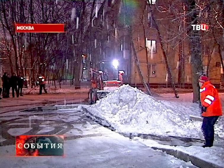 Дворники борются с последствиями снегопада