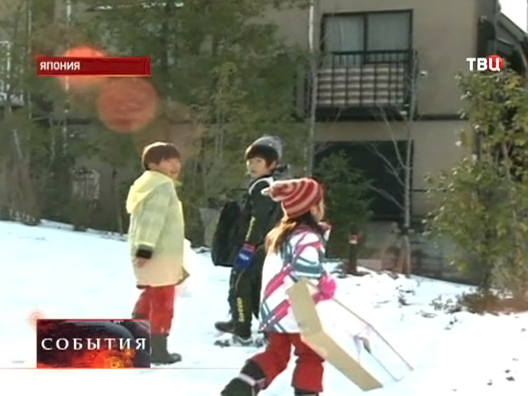 Дети играют со снегом в Японии