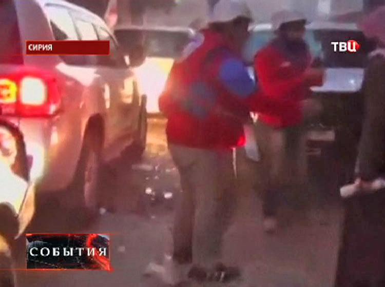 Спасатели эвакуируют людей