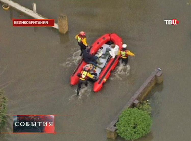 Спасатели эвакуируют пострадавших