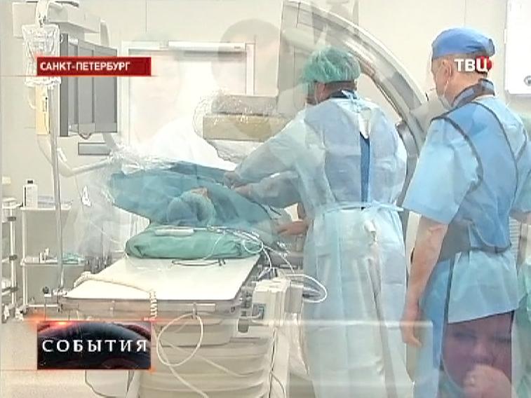 Врачи оперируют пациента