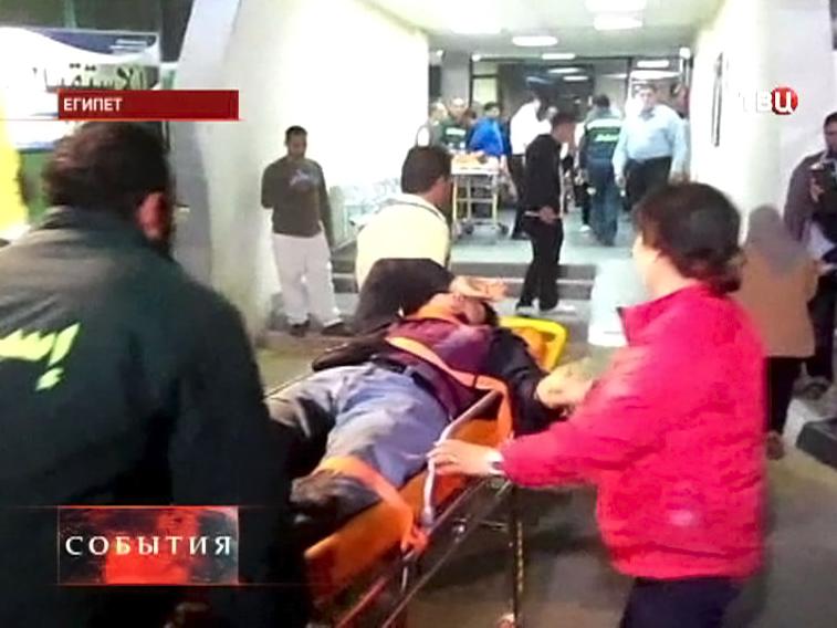 Пострадавшие при взрыве в туристическом автобусе в Египте