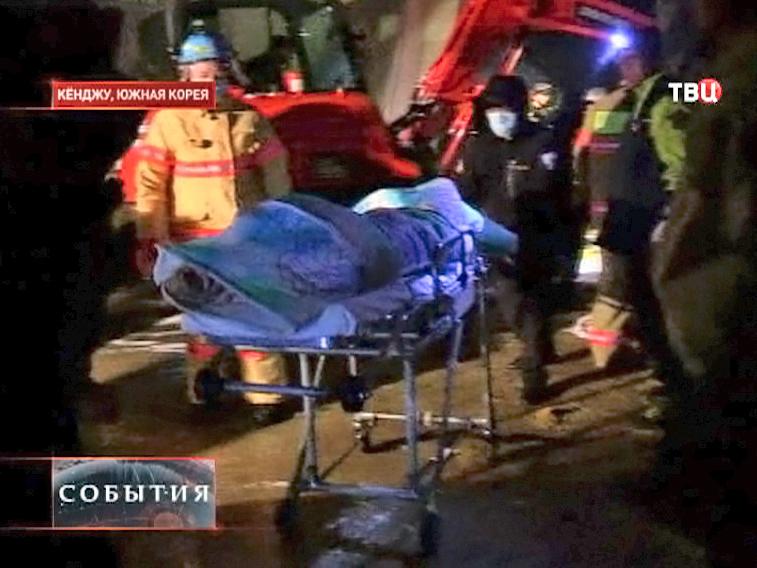 Спасатели оказывают помощь людям в Кореи