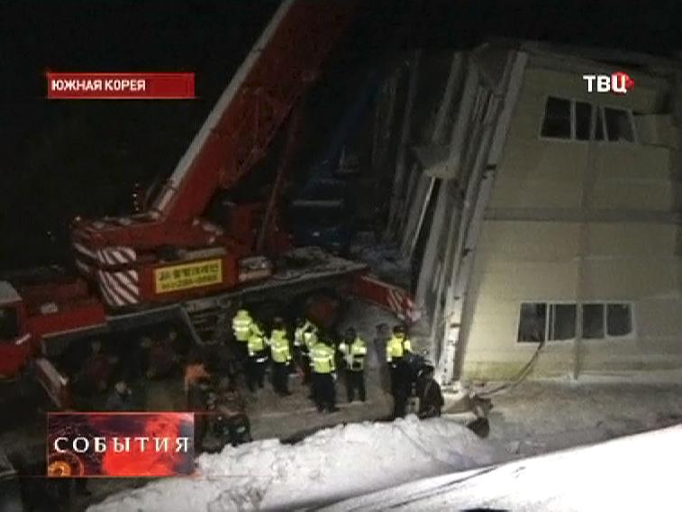 Спасатели на месте разрушенного отеля