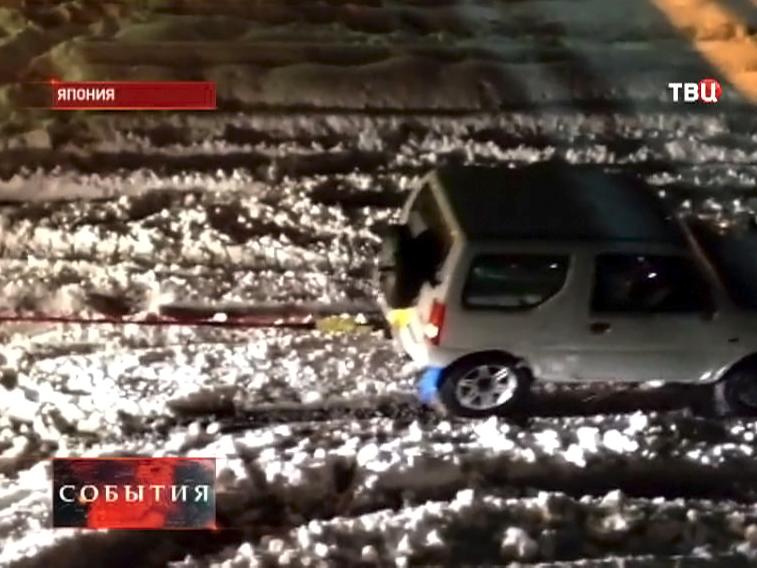 Миниджип вытаскивает фуру из снежного заноса