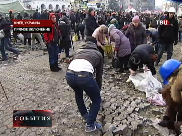 Протестующие разбирают брусчатку в Киеве