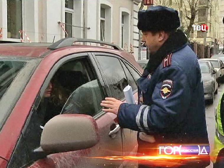 Инспекторы ДПС задержевают водителя Lexus