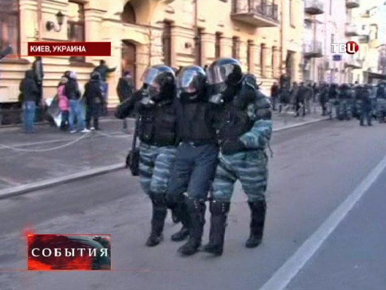 Раненный в уличных беспорядках в Киеве сотрудник Беркута