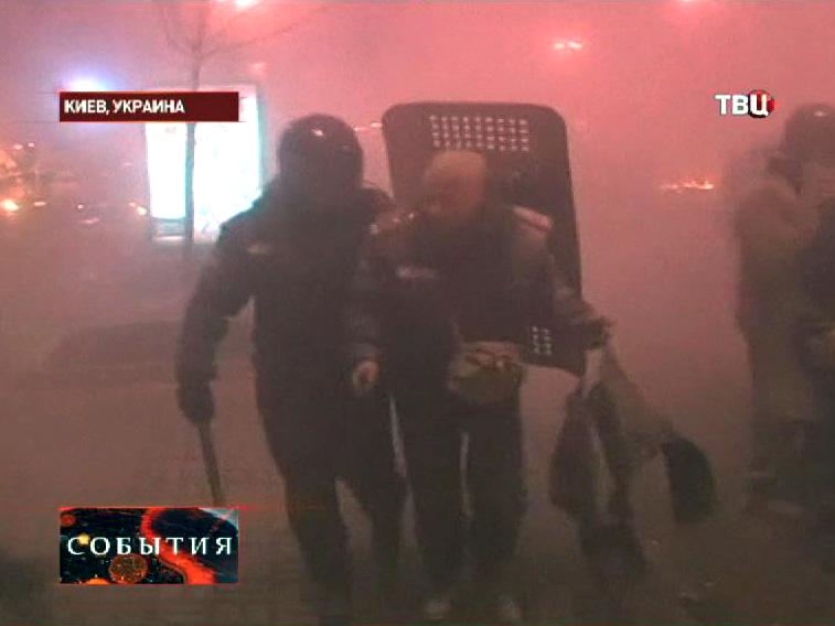 """Бойцы """"Беркута"""" выводят раненого товарища с улиц Киева"""