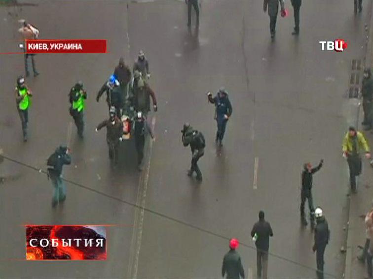Эвакуация раненых в уличных беспорядках в Киеве