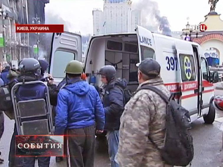 Раненых в уличных беспорядках в Киеве увозят на скорой помощи