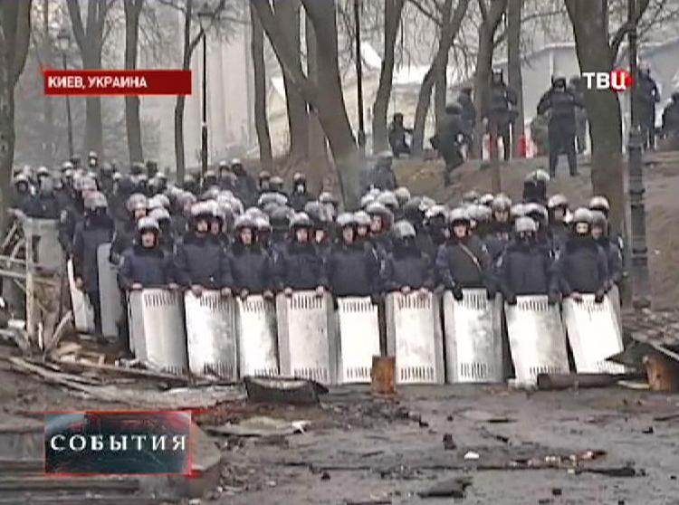 Милиция Украины держит оцепление
