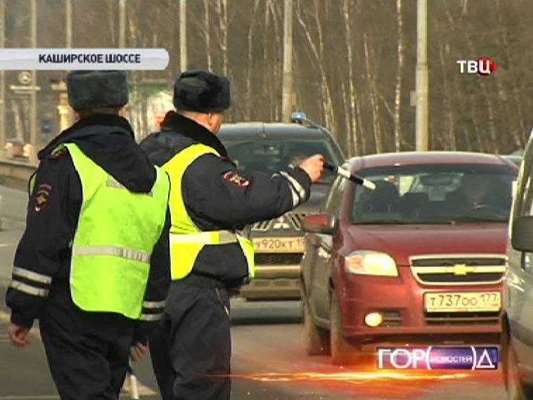 Инспекторы ДПС останавливают машины для проверки