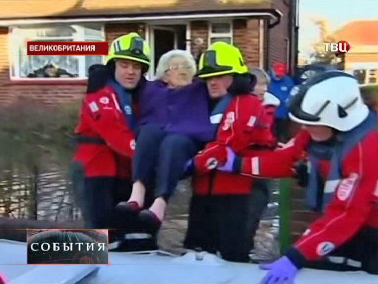 Спасатели Великобритании эвакуируют жителей из затопленных районов