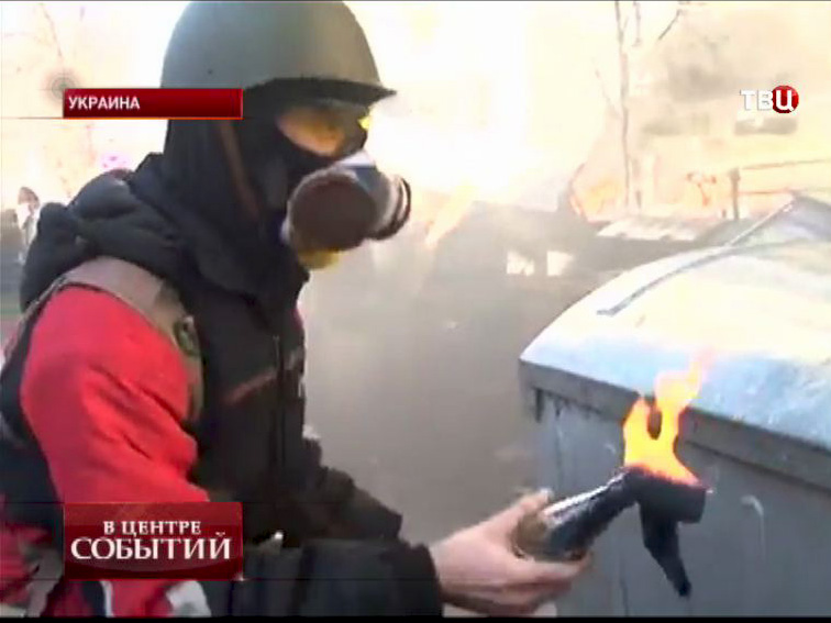 Активист с бутылкой с зажигательной смесью на улицах Киева