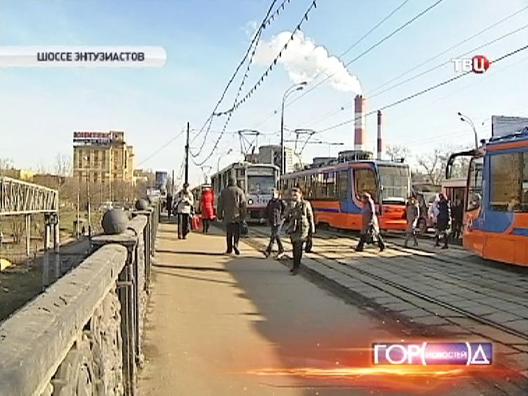 Затор трамваев из-за провала грунта
