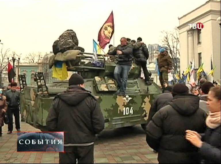 Броневик у здания Верховной Рады в Киеве
