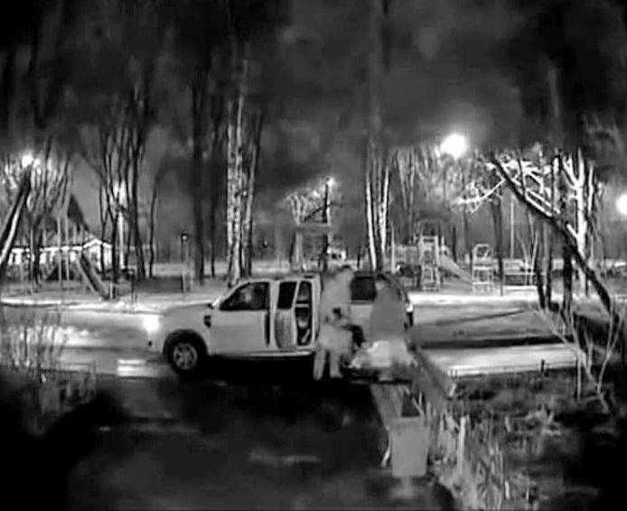 Полковник МВД толкает на тротуаре девушку с ребенком. Источник видео: You Tube, GALANT