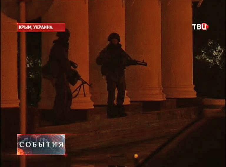 Вооруженные люди у здания аэропорта в Симферополе