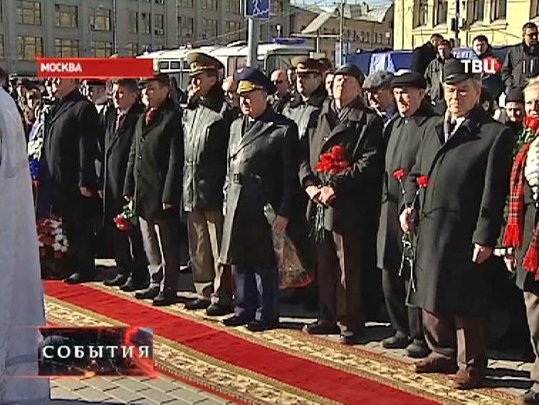 Посол Болгарии возлагает венки к памятнику героям Плевны