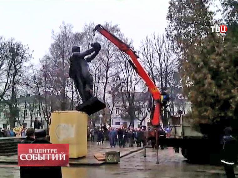 Демонтаж во Львовской области памятника бойцу Красной армии с ребенком на руках