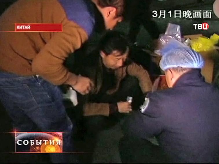 Медики оказывают помощь пострадавшим в Китае