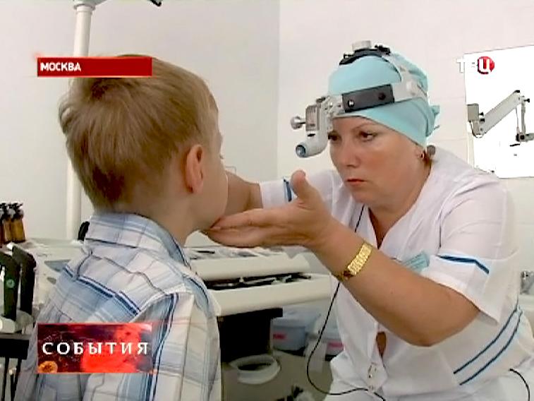 Врач офтальмолог осматривает мальчика