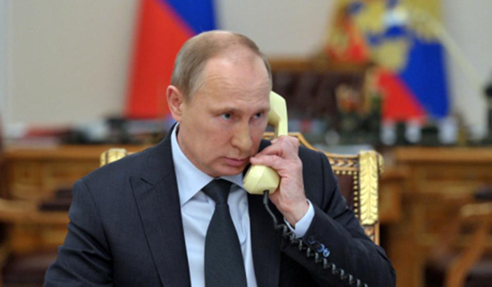 Владимир Путин разговаривает по телефону