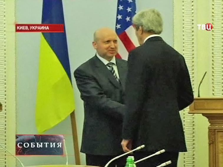Государственный секретарь США Джон Керри и главнокомандующий Вооружёнными силами Украины Александр Турчинов