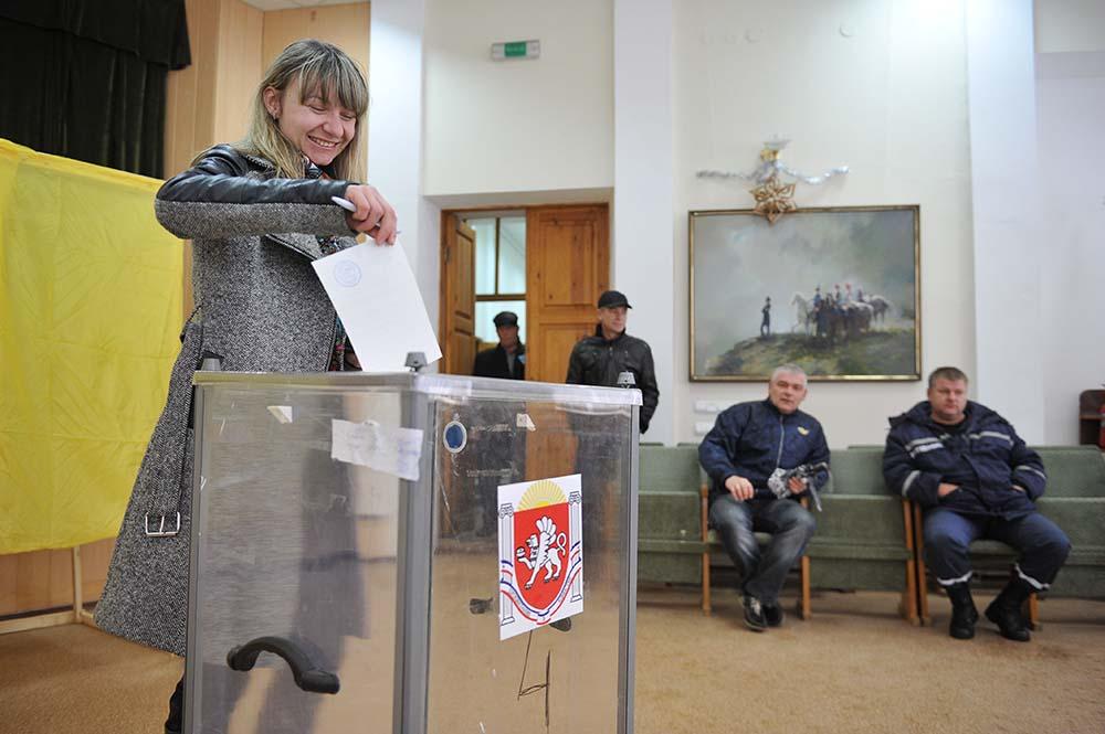 Голосование на одном из избирательных участков в Симферополе