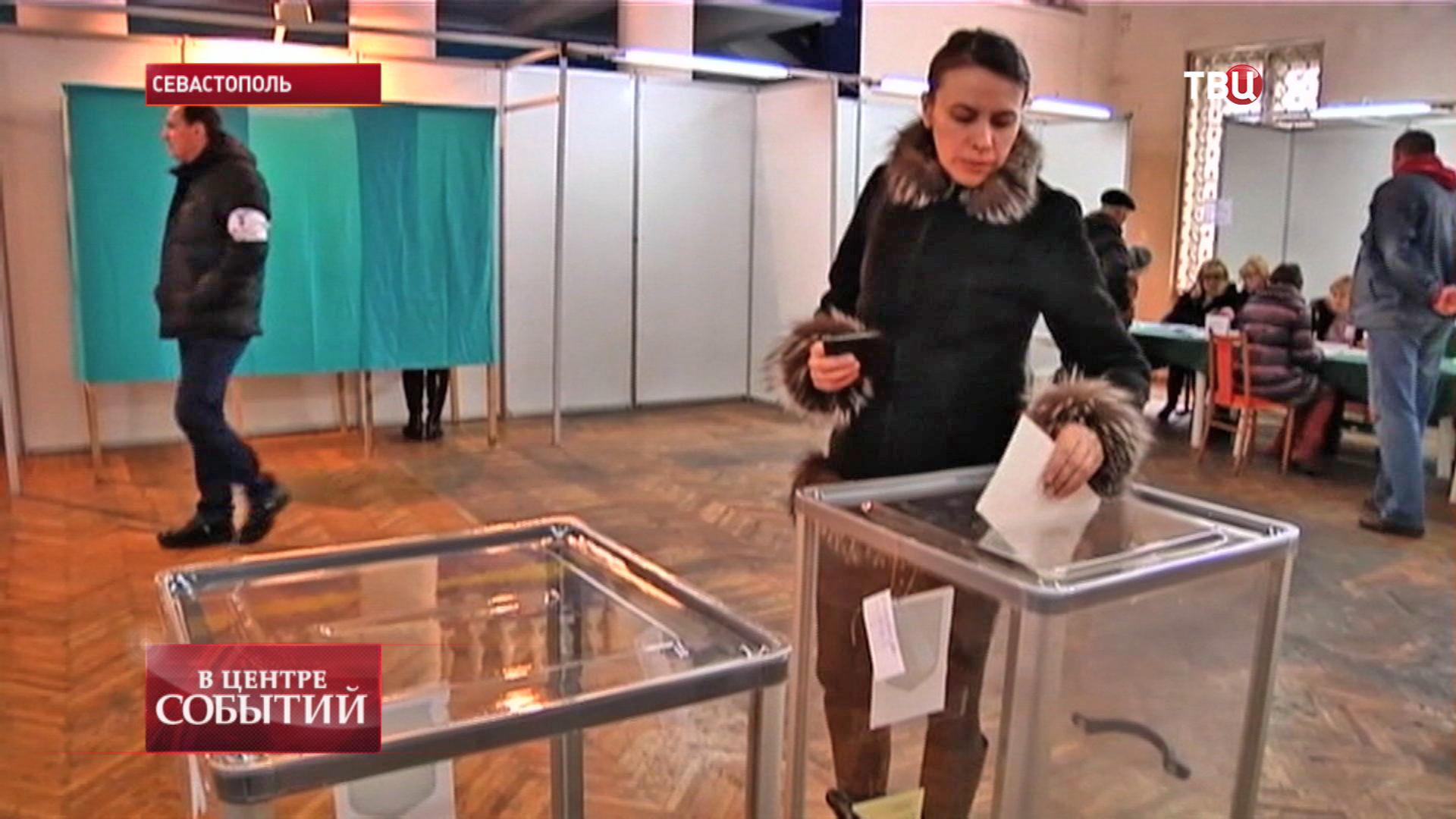 Голосование на одном из избирательных участков в Севастополе