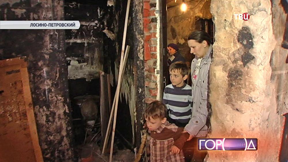 Многодетная семья на месте пожара