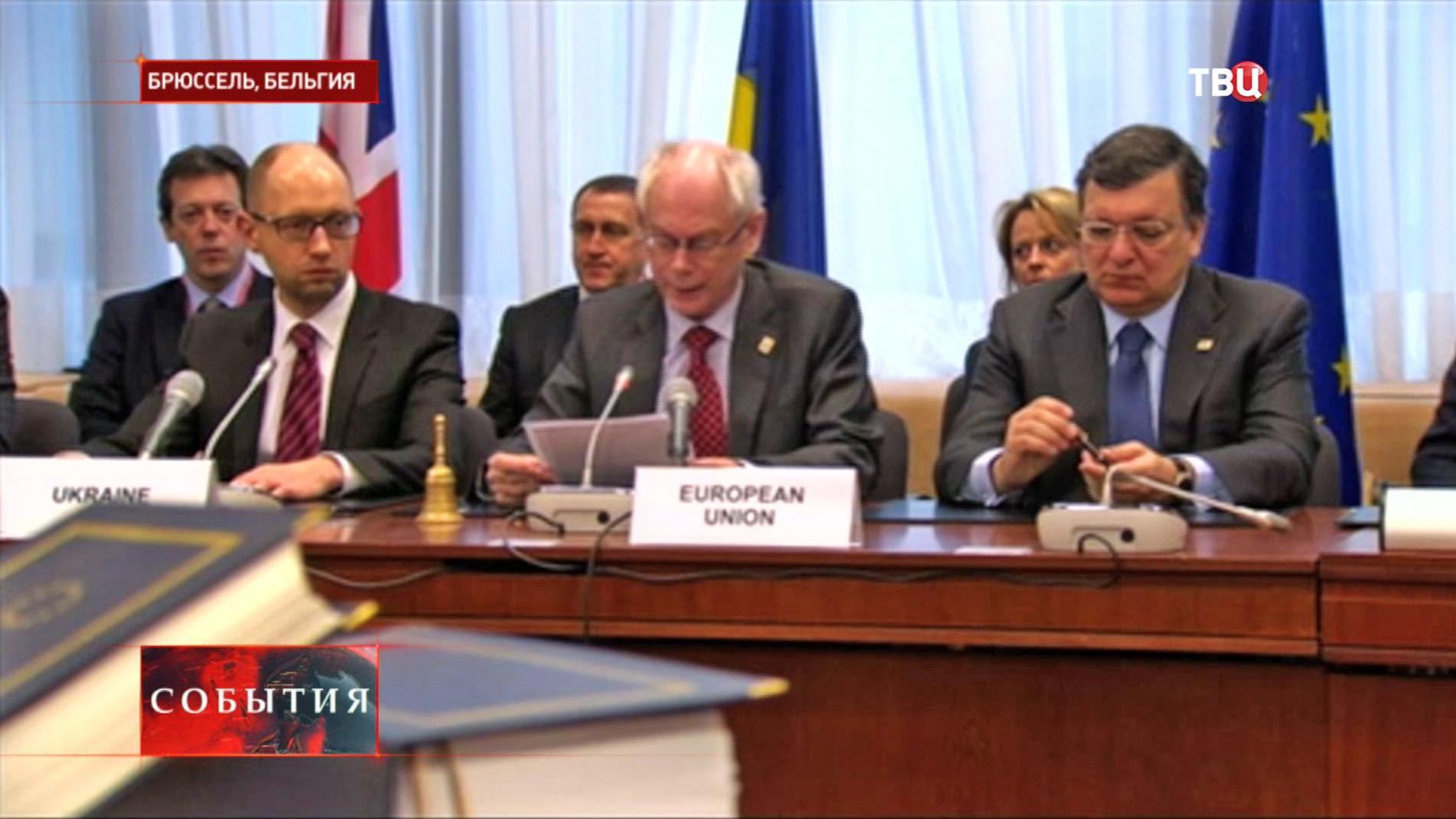Премьер-министр Украины Арсений Яценюк, председатель европейского совета Херман Ван Ромпей и глава Европейской комиссии Жозе Мануэл Баррозу