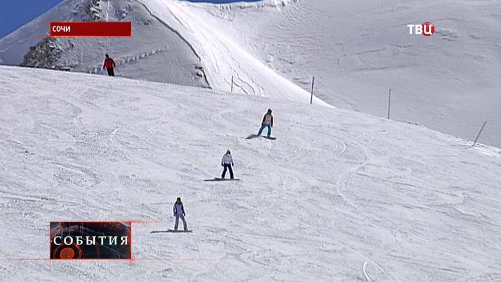 Сноубордисты на горнолыжных склонах в Сочи
