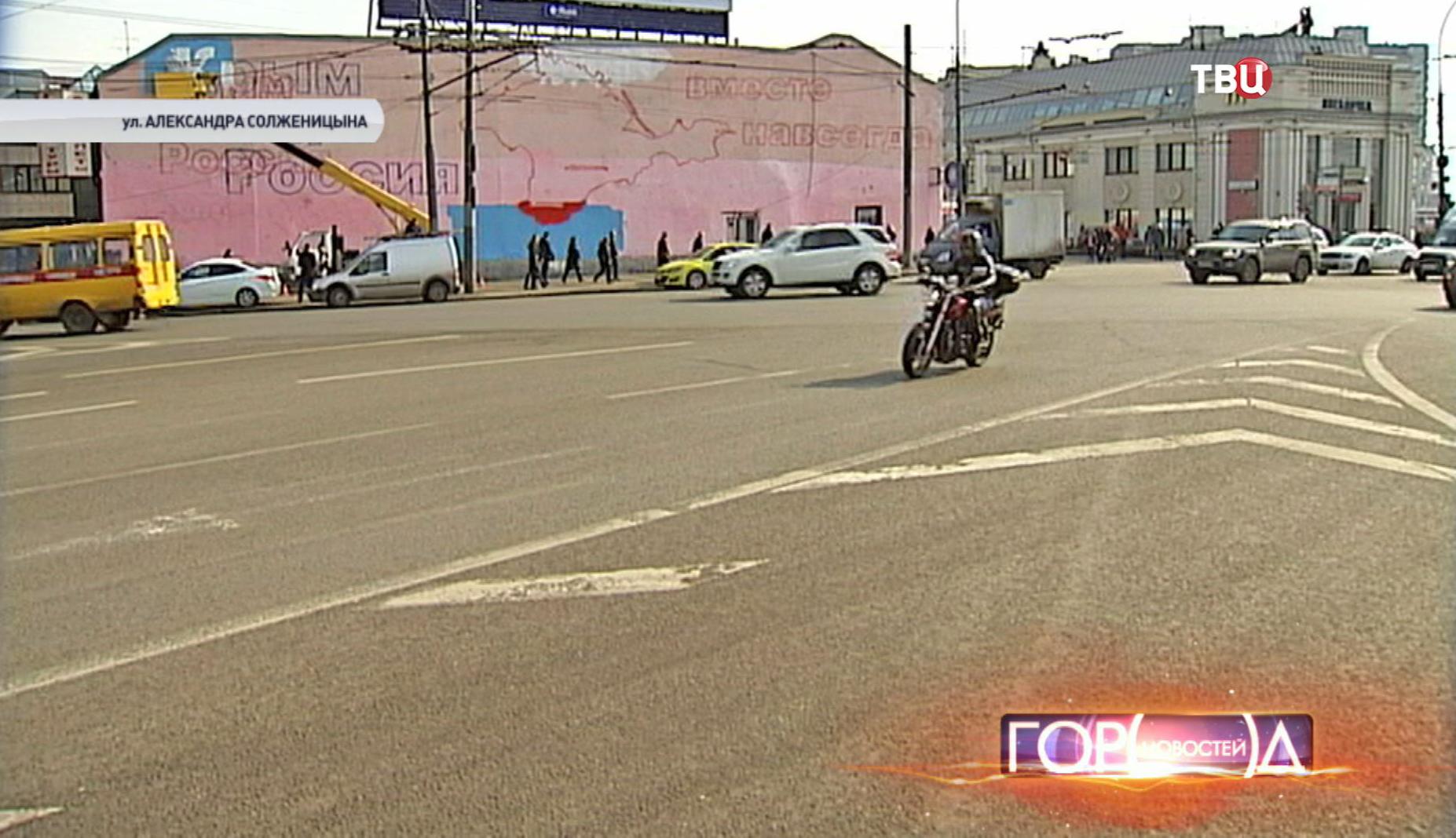 Плакат в виде полуострова Крым на улице Александра Солженицына