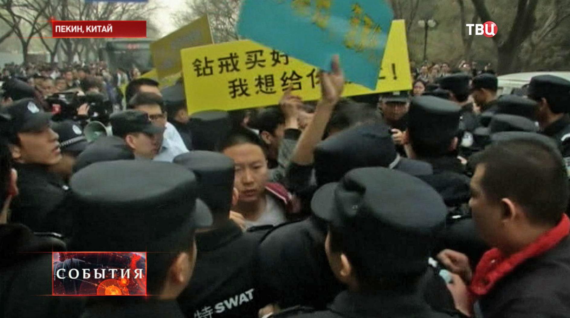 Родственники пассажиров штурмуют здание посольства Малайзии в Пекине