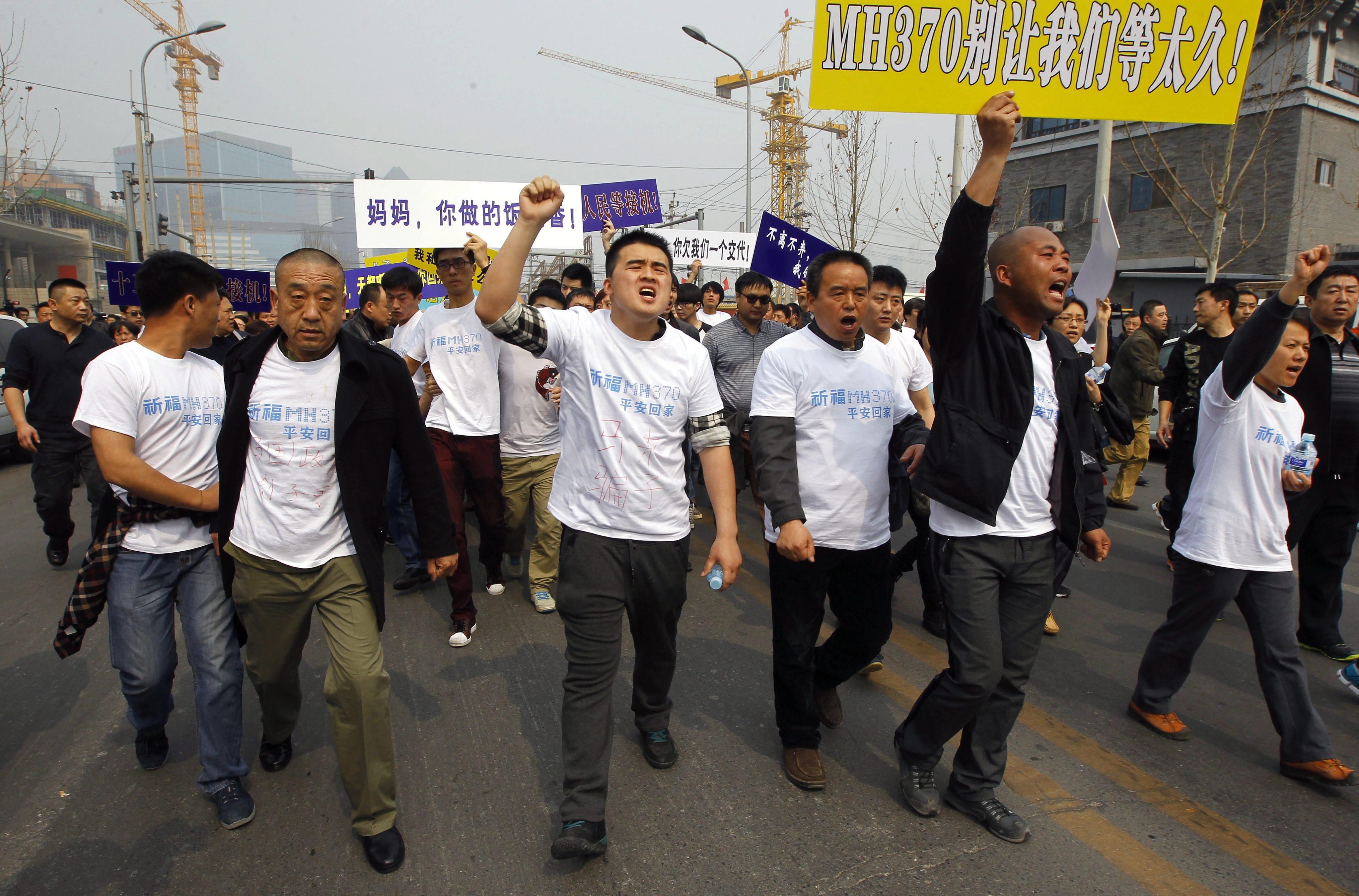 """Акция протеста родственников пассажиров самолета """"Малайзийских авиалиний"""" в Пекине"""