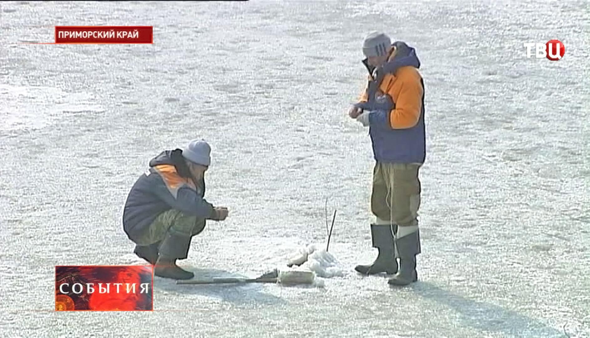 Спасатели МЧС закладывают взрывчатки под лед