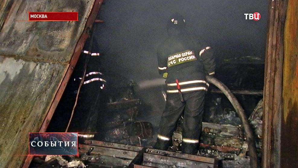 Пожарные устраняют последствия возгорания