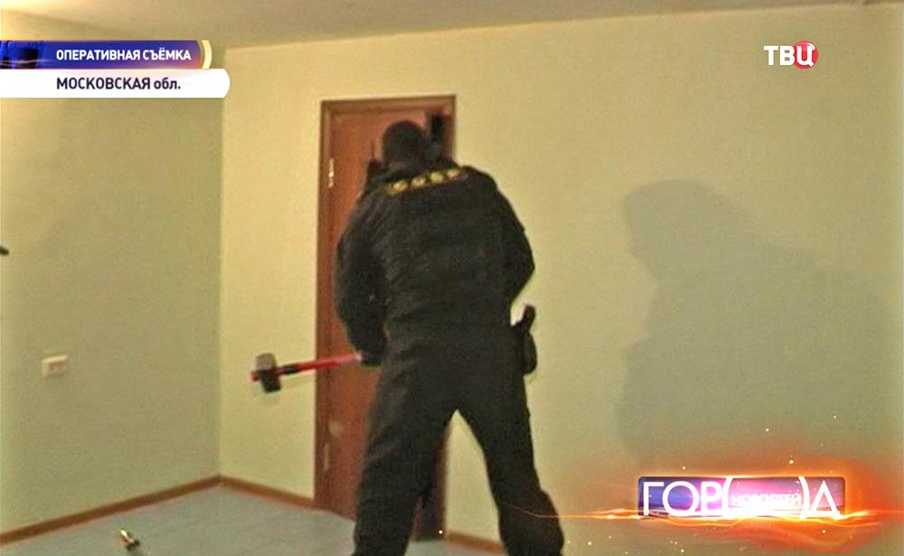 Спецназ проводит штурм квартиры